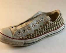 studded sneaks - you can do this yourself. snazzes up any ensemble Studded Converse, Studded Sneakers, Converse Sneakers, Fashion Books, Diy Fashion, Mens Fashion, Funky Shoes, Crazy Shoes, Dapper Dan