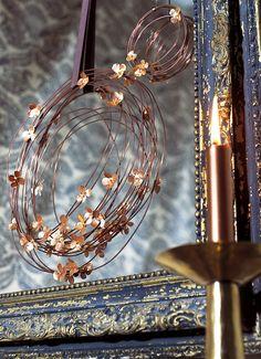 Une couronne en fil et fleurs de cuivre