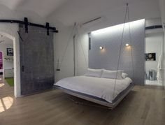 chambre contemporaine avec grand lit suspendu