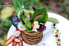 Das Grüne muss ins Runde.  Bunter Salat in fritierten Brotringen nebst Blütenmayonaise.