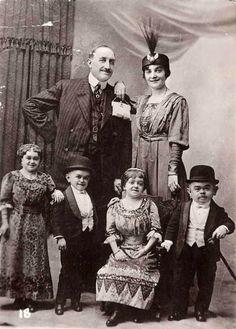Les Marechal midgets, 1904 - Johnny J. Jones Exposition