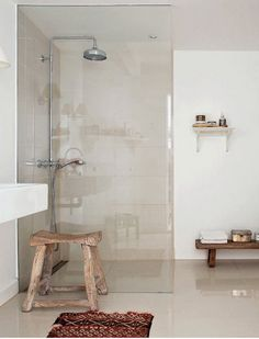 Ducha moderna en baño rústico