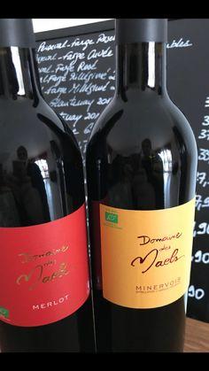 Bouteilles vin rouge jaune étiquette art