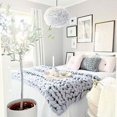 Beautiful feminin bedroom in white and light blue for a scandinavian home look #scandinavian #bedrom