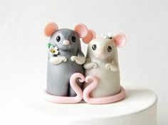 Mouse Wedding Cake Topper with Heart by Bonjour Poupette Polymer Clay Figures, Polymer Clay Animals, Cute Polymer Clay, Polymer Clay Miniatures, Fimo Clay, Polymer Clay Crafts, Bride And Groom Cake Toppers, Wedding Cake Toppers, Fondant Animals