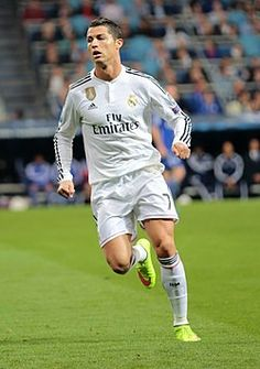 Cristiano Ronaldo dos Santos Aveiro, más conocido como Cristiano Ronaldo, es un futbolista portugués que juega como delantero en el Real Madrid Club de Fútbol de la Primera División de España y en la selección de Portugal, de la que es capitán.  Identificado habitualmente en los medios de comunicación con el numerónimo CR7, es considerado con frecuencia como el mejor y más completo futbolista y goleador del mundo