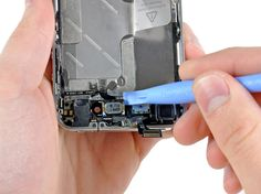 3. Brug spidsen af et plastikåbningsværktøj til at lirke samtale højtaleren fri fra limen, der holder den fast på frontpanelet.