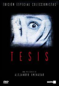 """DVD CINE 1710 -- Tesis (1996) españa. Dir.: Alejandro Amenabar.Thriller. Cine dentro do cine. Sinopse: Ángela prepara unha tese sobre a violencia audiovisual. Figueroa, o seu director de tese, descobre accidentalmente unha película e ao día seguinte aparece morto. Ángela e Chema, un compañeiro de facultade, deciden levar a cinta, descubrindo que se trata dunha """"snuff-movie"""" na que unha moza é torturada e asasinada. Un mundo audiovisual diferente e perigoso ábrese ante eles."""