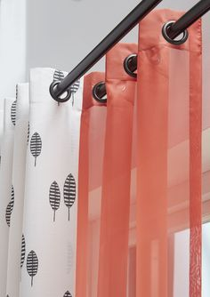 Zwart-wit gedessineerd gordijn Lotta gecombineerd met een fris gekleurde voile Topcolor 91. Dit crëeert een fijne energie opwekkende sfeer! #gordijnen #kussens #curtains #cushions #Gardinen #Vorhänge