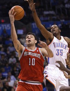 Delfino tiró 3-10 de campo y Oklahoma le ganó este lunes a Milwaukee por 20. Carlos se las tuvo que ver ante Durant. http://www.ole.com.ar/basquet/Noche-dificil_0_679732173.html