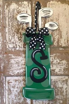 Super cute Golf wreath idea for a golfer's home! More creative ideas at #lorisgolfshoppe