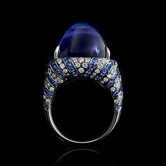 Ring in platinum with a 32.27-carat sugarloaf tanzanite, diamonds and sapphires.