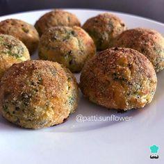 Receta de Albóndigas de brócoli y queso - Paso 4 Great Recipes, Snack Recipes, Favorite Recipes, Healthy Recipes, Snacks, Cheddar, Queso Feta, Albondigas, Falafel