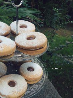 Occhi di bue con la nutella, deliziosi biscotti farciti di nutella.   http://dessertetchocolat.blogspot.it/2016/10/occhi-di-bue.html