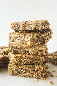 So apparently the first weekend binge of the year is going to be filled with superfoods. Stay with me, I promise these are as addictive as cookies. These crunchy quinoa bars have peanut butter, fla… to eat flax seed recipes Healthy Protein Snacks, Healthy Recipes, Protein Bars, Healthy Treats, Healthy Baking, Cooking Recipes, Vegan Protein, High Protein, Epicure Recipes