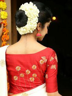 35 Gorgeous Kerala Saree Blouse Designs to try this year Kerala Saree Blouse Designs, Saree Blouse Patterns, Designer Blouse Patterns, Blouse Neck Designs, Blouse Styles, Kasavu Saree, Handloom Saree, Set Saree, Supermodels