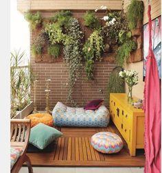 Balkon güzelleştirme fikirleri arasında yer alan başka bir fikir ise balkon duvarlarını renklendirmektir. Özellikle canlı renkler yaz ayları için oldukça hoş bir görünüm sağlamaktadır