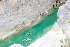 Une terre de canyons blancs éclatants et de clues (canyons étroits), de bassins aux eaux aigue-marine et de montagnes sauvages, tout cela à…