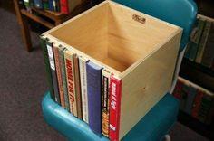 Une planche d'aglo, des vieux livres, une scie a chantourner, de la colle...et voilà pour cacher vos trésors dans la bibliothèque !