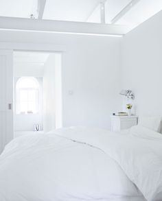 All white bedroom. But of course! All White Bedroom, White Bedroom Design, Small Room Bedroom, White Rooms, Home Bedroom, Modern Bedroom, Interior Design Living Room, Bedroom Simple, Small Bedrooms