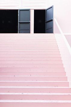 Pink steps. Black doors. Unintentionally complimentary or intentionally, so ?  This is the minutiae that invades my mind