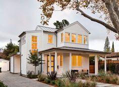 Фасадные панели для наружной отделки дома: разновидности и 80 практичных решений для стильного экстерьера http://happymodern.ru/fasadnye-paneli-dlya-naruzhnoj-otdelki-doma/ Белоснежный загородный дом в классическом стиле