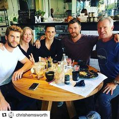 Chris and Liam Hemsworth enjoy family lunch with their parents Chris Hemsworth Family, Hemsworth Brothers, Chris Hemsworth Thor, Matcha Mylkbar, Vegan Cafe, Falling In Love With Him, Mans World, Melbourne, Smoothies