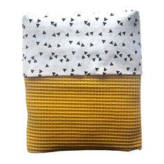 Ledikant deken wafelstof babykamer triangel zwart op wit is een ledikant deken voor in de babykamer. De voering past bij andere producten van ANNIdesign!