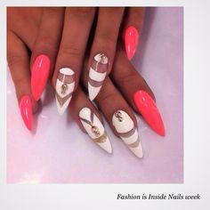 Ongles flash et frais , parfait pour faire ressortir le bronzage ! J'adore les motifs ! #ongles #white #fluo #nails #nailsweek #FashionisInside