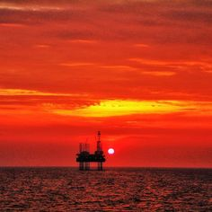 Sunset in the North Sea #seamanlife #oilandgaslife #instagram #instasea #rigger #merchantnavy #oil #oilfield #offshoreconstructionvessel #offshorelife #seekoffshore #oilpro #clouds_of_our_world #sunset #offshore #picoftheday #photooftheday #offshorerig #drilling #oilandgasindustry #oilandgasmemes #riglife #drillingrig #beautifulsunset #beautifulsky #sunsets by david.styles293