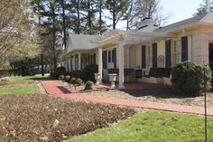 Charming 1960s updated Louisville, Kentucky ranch for rent on Derby weekend 2017 at Derby Home Rental. #kyderby #kentucky #derby #louisville