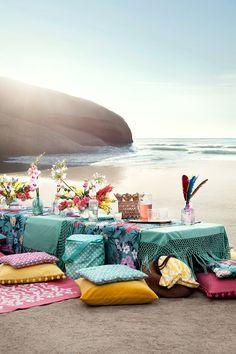 Al Fresco dinner on the beach Beach Picnic, Summer Picnic, Beach Wedding Decorations, Wedding Ideas, H & M Home, Picnic Time, Picnic Set, Al Fresco Dining, Beach Day
