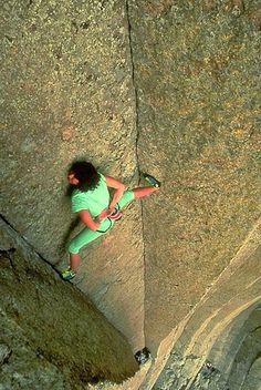 house-under-a-rock:  Catherine Destivelle free soloing El Matador (5.10d 5 pitches 250′) Devil's Tower, Wyoming - look ma, no hands photo:Beth Wald This climb went from trad solo to free solo half way up the route. Very bold! setting up self-belay at the base… a kink in the rope jamming the belay device… untying the rope and letting go… …free soloing to the top! source