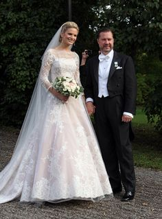 Wedding of Gustaf Magnuson and Vicky Andren, she chose her dress designed by Lars Wallin in more traditional dress with a careful lace sleeves through the neckline which makes it very elegant.