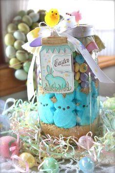 ein Marmeladenglas mit Süßigkeiten und Bonbons befüllt