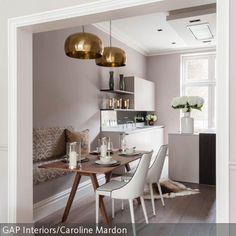 Diese goldfarbenen Deckenleuchten sorgen für den romantischen Look im Essbereich. Die dezente altrosa Farbgebung des Raumes wirkt feminin und zart. Weiße …