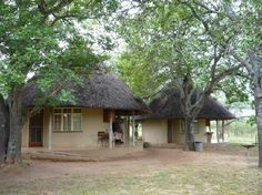 Our new camp for a couple of days. You need to light a fire! African Hut, Round House Plans, Backyard Covered Patios, African Interior Design, Circle House, Mud House, Village House Design, Thatched House, Beach Bungalows