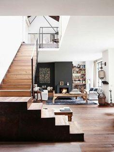 salon taupe et blanc, sol en planchers et escalier d'intérieur