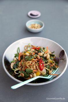 {Vegan & Summer}Kühle asiatische Sommer-Nudeln mit cremigem Erdnussdressing #rezept #gourmetguerilla #vegan