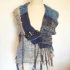 一本のマフラーを大胆に解体。 でも余すことなく使用してベストを仕立て。 前から見たところ。 #さをり#さをり織り #SAORI #手織り #Weaving #fashion #saoriweaving #handwoven #woven #仕立て #wool #ウール