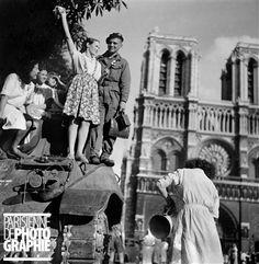 Guerre 1939-1945. Libération de Paris. 25 août 1944, 7h du matin, parvis de Notre-Dame. Sur le char, Michel Frys, qui va être blessé par un Allemand embusqué.