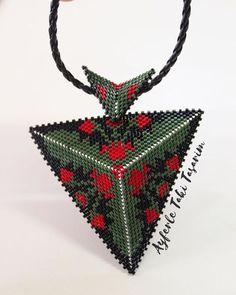 @gulertaskent #peyote #muska #muskakolye #miyuki #üçboyutlu #renk #yemyeşil #aşkkırmızı #taki #takitasarim #ayferletakitasarim #handmade #handmadejewelry #jewelry #stone #miyukidelica #silver #gold # Peyote Patterns, Loom Patterns, Beading Patterns, Seed Bead Jewelry, Beaded Jewelry, 3d Triangle, Peyote Beading, Beading Tutorials, Stud Earrings