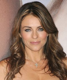 View yourself with Elizabeth Hurley hairstyles and hair colors. View styling steps and see which Elizabeth Hurley hairstyles suit you best. Elizabeth Hurley, Mom Hairstyles, Celebrity Hairstyles, Straight Hairstyles, Brown Hair With Highlights, Blonde Highlights, Hair Styles 2014, Long Wavy Hair, Damp Hair Styles