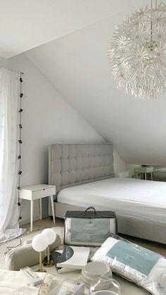 Die perfekte Grundlage für guten Schlaf? Ein richtig gemütliches Bett. Sina (@sinas_home) zeigt Ihnen im heutigen Video, wie Sie Ihr Bett zur traumhaften Ruheoase machen können. #schlafzimmer #bedroom #dekoration #einrichtungstipps #ideen2021 #guterschlaf #bohoschlafzimmer Bedroom Inspo, Room Decor Bedroom, Diy Room Decor, Home Decor, Interior Design Living Room, Bedrooms, Videos, Gray, Houses