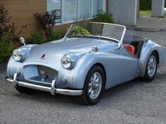 Triumph 10 Basic Things Every Car Owner Should Know It's so easy to get a car these days. And it's rather easy to learn how to drive. Vintage Sports Cars, British Sports Cars, Classic Sports Cars, Vintage Cars, Classic Cars, Best Cheap Sports Cars, Triumph Tr3, Acura Nsx, Convertible