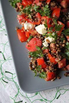 Wassermelonen-Feta-Salat kennt ihr sicher, oder? Der hat sich ja in den letzten Jahren zum neuen Tomate-Mozzarella entwickelt. Auch ich mag die Kombination supergerne, also gab es neulich welchen bei