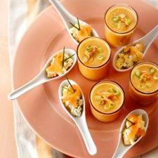 Zalmsoep & zalmsalade (1 appel + 1 mango, geschild, in miniblokjes, 1 eetl. citroensap, 12 sprieten bieslook, waarvan de helft fijngehakt, 124 ml crème fraiche, 100 g gerookte zalm, in reepjes). Meng appel, mango, citroensap en gehakte bieslook. Meng crème fraiche met helft vd zalm en breng op smaak met zout en peper. Verdeel het appel-mangomengsel over amuselepels en schep het romige zalmmengsel erop. Garneer met reepjes zalm en sprieten bieslook.