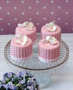 mini wedding cakes Red Velvet Mini Cakes with pretty fondant Pretty Cakes, Cute Cakes, Beautiful Cakes, Amazing Cakes, Mini Tortillas, Mini Wedding Cakes, Wedding Cupcakes, Fancy Cakes, Mini Cakes