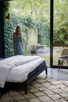 Onze Essential is het eerste volledig recyclebare bed ter wereld. Maar dat is niet het enige rustgevende aan dit bed. Girl Bedroom Designs, Room Ideas Bedroom, Home Bedroom, Bedroom Decor, Interior Decorating Styles, Interior Design, Dream House Exterior, Space Architecture, Aesthetic Room Decor