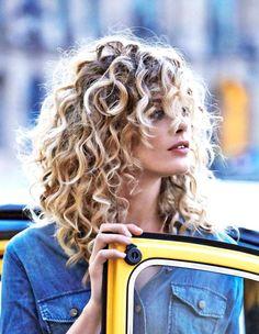 Un long bouclé à plusieurs étages Voici 15 idées de coiffures pour cheveux bouclés. #Kinky